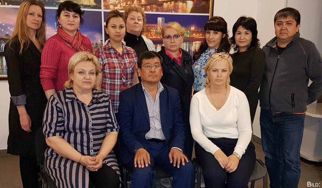 Die alltägliche Hilfe der Volksversammlung Kasachstans