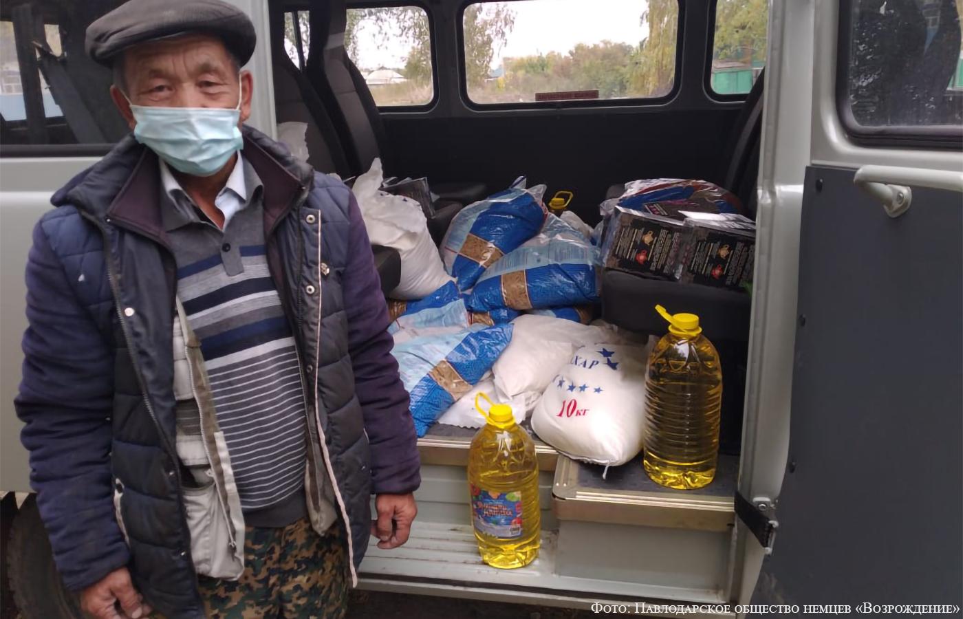 Сотрудники сельских акиматов помогали доставить продуктовые наборы из районных центров в сёла.
