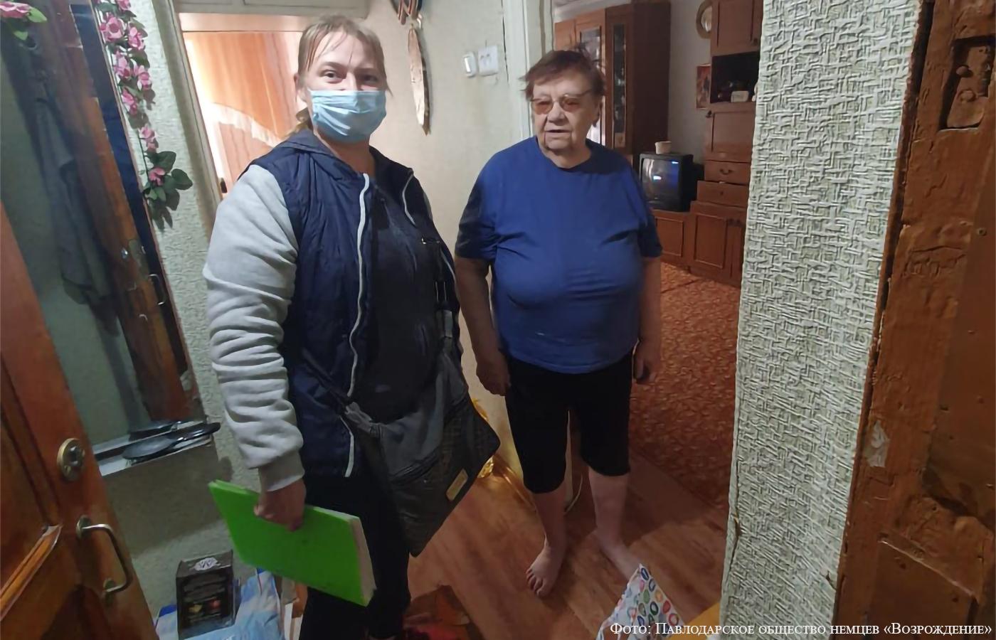 Казанцева (Генне) Елизавета Ивановна (справа)