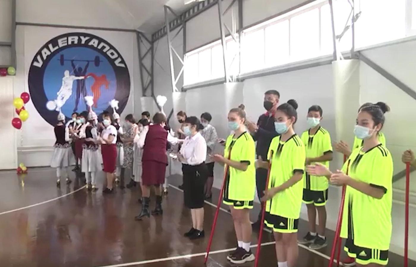 ВИДЕО: Семья Рау подарила спортзал родной школе