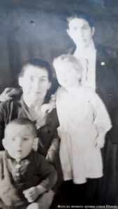 Бабушка Лиза с дочерью Эммой, её сыном Виталием и внучкой Эльвирой 1949 г.