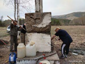 Работы по восстановлению исторического памятника в городе Алтай активистами немецкого этнокультурного объединения